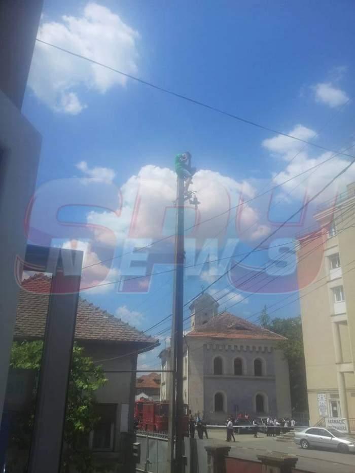 Tentativă de sinucidere în Făgăraş! Un bărbat ameninţă că se aruncă de pe un stâlp!