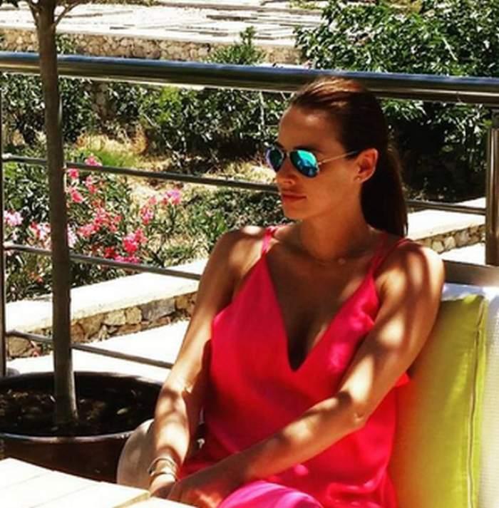 Imagini fierbinţi cu Andreea Raicu la plajă. În costum de baie sau în rochii vaporoase, vedetei i s-au văzut sfârcurile în toată splendoarea