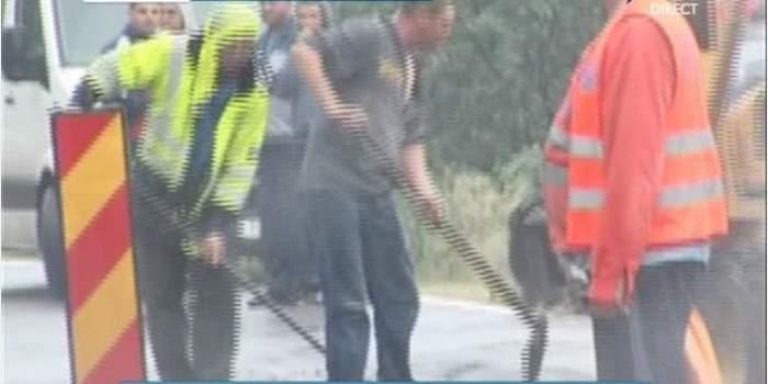 Ca la noi la nimeni! Drumarii au astupat groapa care a băgat un motociclist în spital