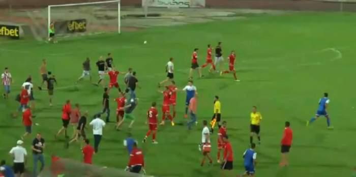 VIDEO / Imagini şocante pe terenul de fotbal! Jucătorii de la FC Ashdod, alergaţi de suporterii formaţiei ŢSKA Sofia