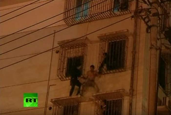 VIDEO / Imagini dramatice! Un poliţist chinez apelează la un gest extrem pentru a salva viaţa unui tânăr!