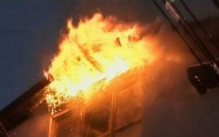 Incendiu de proporţii la Buhuşi! Fumul a fost văzut de la zeci de kilometri distanţă
