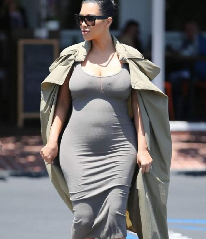 FOTO / Are burta până la gură, dar s-a îmbrăcat într-o rochie transparentă! Kim Kardashian, cu sânii la vedere