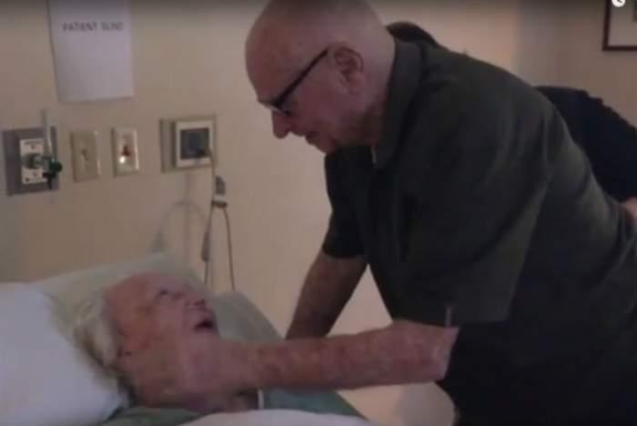VIDEO SFÂŞIETOR / După 73 de ani de căsnicie, un bătrân îi cântă versuri de dragoste soţiei aflate pe patul de moarte! Ce a urmat