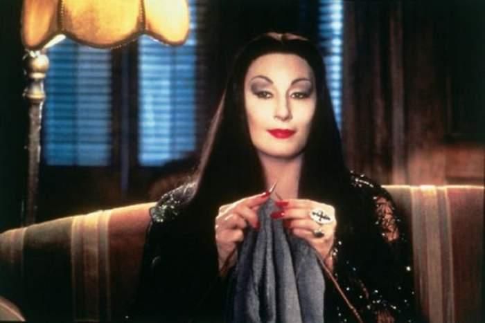 """Ţi-o mai aminteşti pe Morticia din filmul """"Familia Addams""""? Actriţa este de nerecunoscut la 64 de ani"""