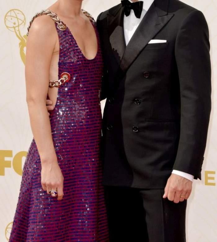 Două vedete internaţionale au uitat că sunt înconjurate de camere şi fotografi şi s-au sărutat cu foc la Premiile Emmy