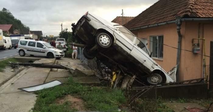 Accident spectaculos! Mașină înfiptă într-un gard