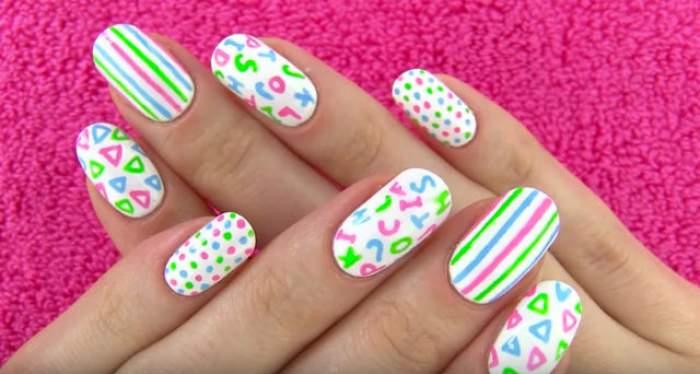 Te-ai plictisit de manichiura clasică? Desenează-ţi litere pe unghii şi toţi se vor uita la mâinile tale! Uite cât este de simplu