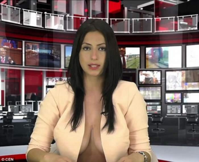 VIDEO / Incredibil! O jurnalistă a prezentat știrile cu sânii la vedere