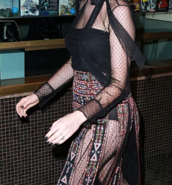FOTO / Se crede o divă, dar a uitat de bunul gust! O actriţă de la Hollywood a atras toate privirile cu ţinuta sa nonconformistă!