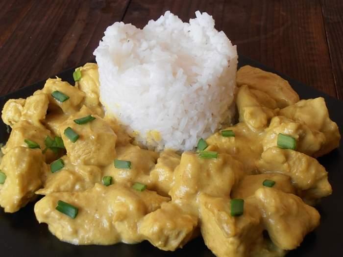 REŢETA ZILEI: JOI - Piept de pui în sos curry