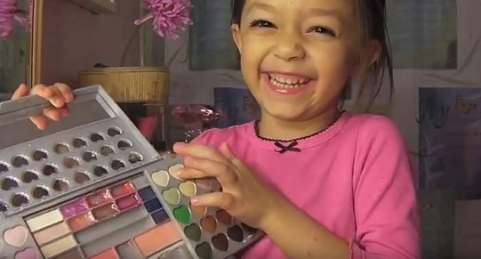 Are doar 6 ani şi a luat trusa de make-up a mamei sale! Ce face această fetiţă într-un videoclip care a devenit viral pe Internet?