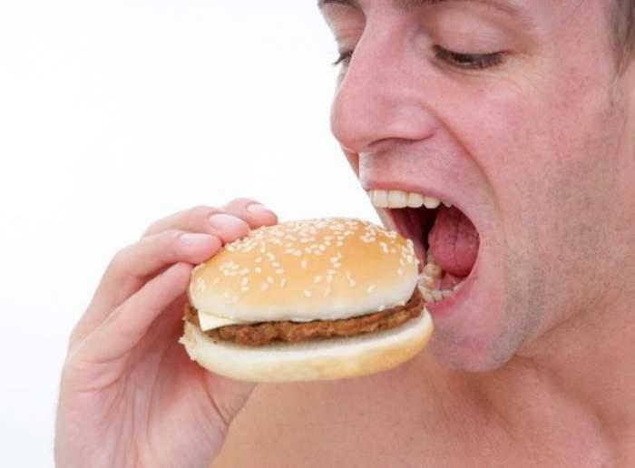 ÎNTREBAREA ZILEI - VINERI: Ştiaţi că mâncarea tip junk food ne face mai proşti?