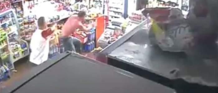VIDEO ŞOCANT / Scene halucinante la Vaslui. Un bărbat a fost stâlcit în bătaie într-un magazin, iar vânzătoarea i-a cinstit pe agresori cu mâncare şi cu băutură!