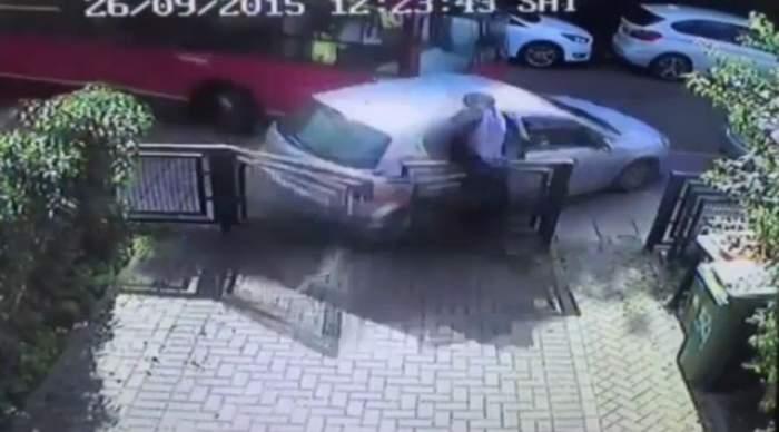 VIDEO / ÎNFIORĂTOR. Un bărbat a fost accidentat grav de o maşină care ... staţiona! Cum a fost posibilă această oroare!