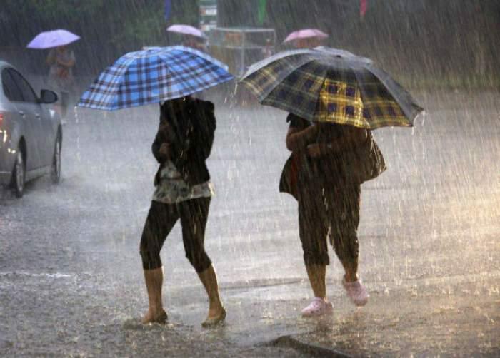 Nu plecaţi de acasă fără umbrelă! Ploile vor continua în toată ţara