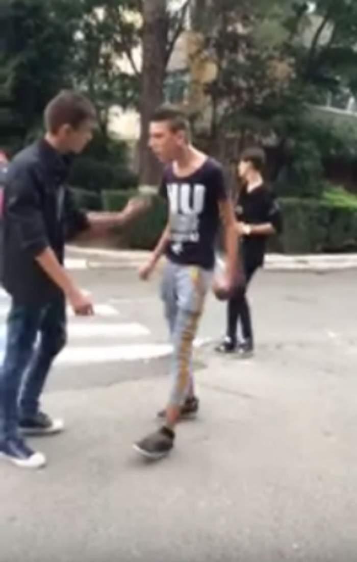 """VIDEO / """"Trăim în România şi asta ne ocupă tot timpul""""! Doi puştani s-au luat la bătaie în plină stradă! Unul a vrut să arate că e şmecher, dar a fugit mâncând pământul"""