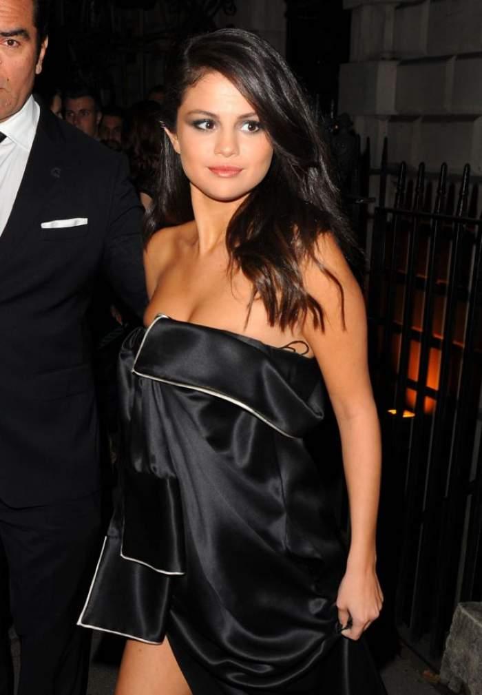 """FOTO / Selena Gomez a """"uitat"""" să-şi ia sutien! Vedeta şi-a arătat sfârcurile într-o rochie elegantă"""