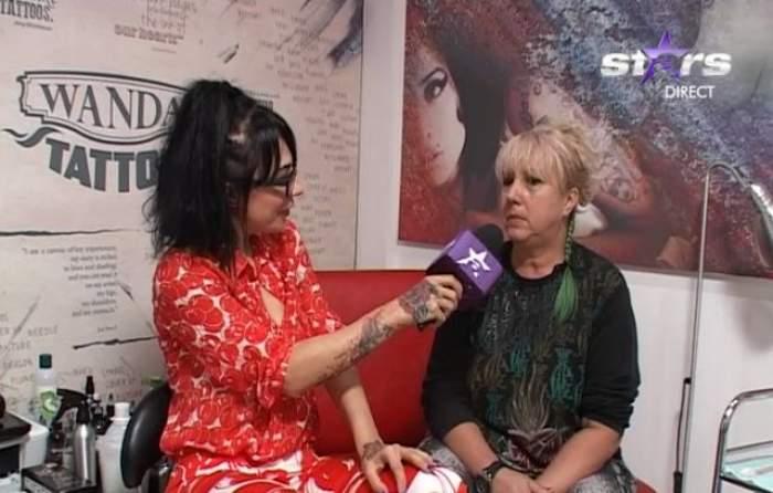 FOTO  / Ea poate fi chiar bunicuţa ta! Are 53 de ani, părul verde şi un tatuaj pe gât!