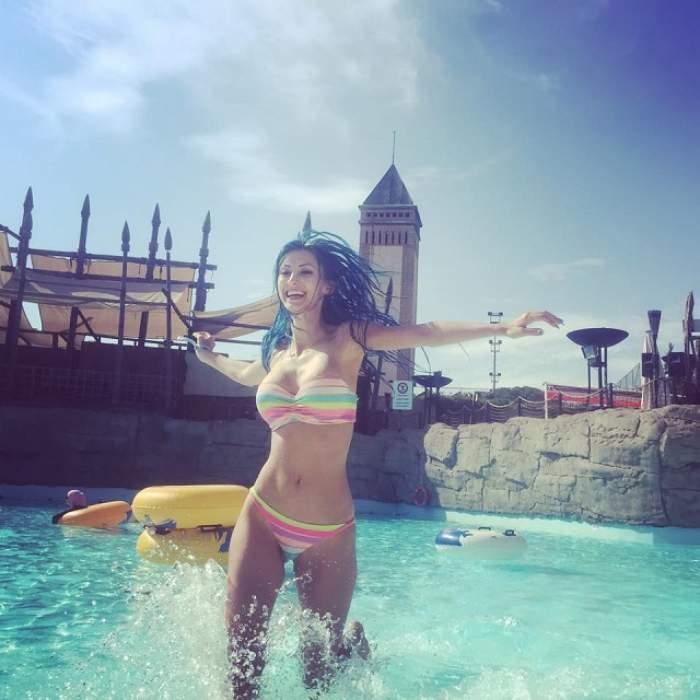 """VIDEO / Andreea Bălan, """"accident"""" la parcul acvatic! Sutienul a cedat, iar fanii au fost în extaz"""