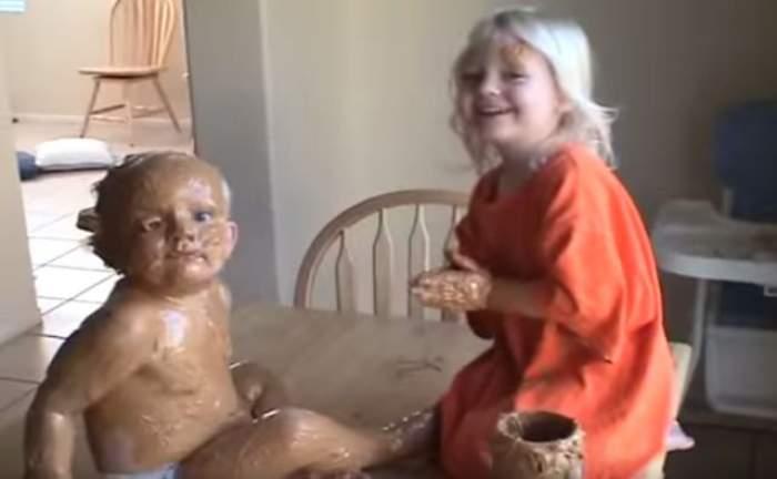 VIDEO /  Imaginile care te vor face să râzi cu lacrimi! Ce i-a făcut o fetiţă fratelui ei de 18 luni