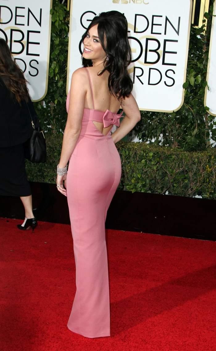 FOTO / Katy Perry, decolteu de GROAZĂ la Globurile de Aur! Şi-a etalat trupul într-o rochie mulată, dar sânii i-au stricat apariţia