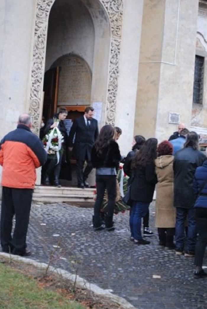 FOTO / Tatăl lui Horia Brenciu a fost înmormântat. Artistul și-a luat la revedere de la părintele său, cu ochii în lacrimi