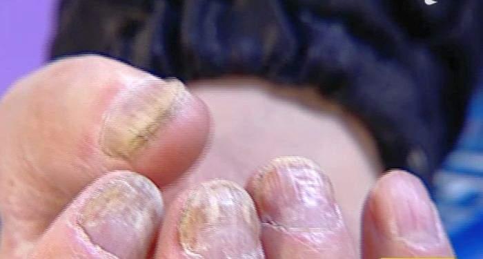 """VIDEO / A venit cu unghiile aşa la TV şi se mândreşte tare cu ele: """"Sunt efectele muncii mele"""""""