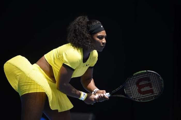 """FOTO / Oare cum poate face performanţă aşa? Serena Williams, """"sugrumată"""" de costum pe terenul de tenis"""