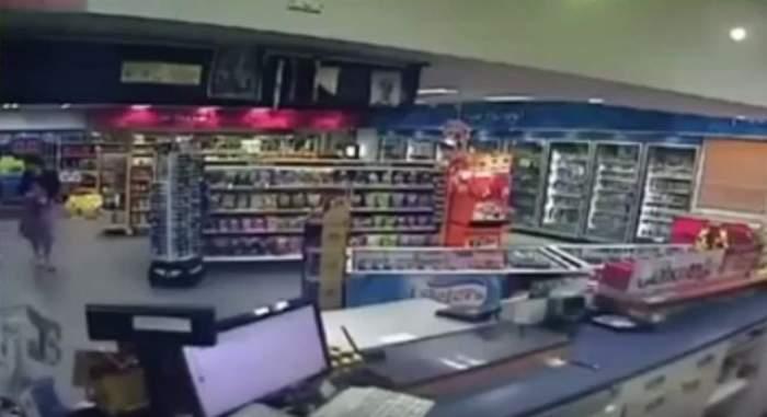 VIDEO / A mers la cumpărături şi a fost la un pas de MOARTE! Ce s-a întâmplat cu femeia când a ajuns la casa de marcat