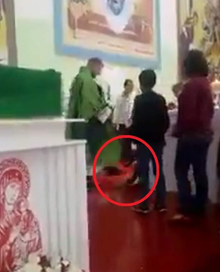 VIDEO HALUCINANT/ Bătaia e ruptă din RAI? Un preot, filmat în timp ce loveşte zeci de copii în faţa ALTARULUI!