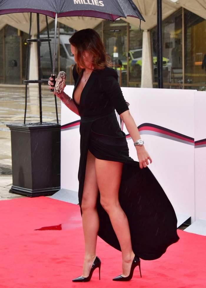 FOTO / Toţi bărbaţii s-au întrebat dacă poartă chiloţi sau nu! Modelul care a exagerat cu şliţul rochiei şi a atras toate privirile