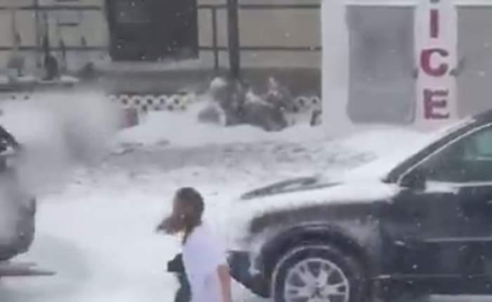 VIDEO / Clipul care a devenit INSTANT viral! O tânăra a fost filmată mergând aproape dezbrăcată prin zăpadă