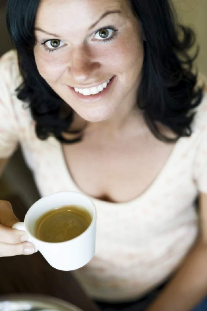 Bei mai mult de trei cești de cafea pe zi? Ce se întâmplă cu sânii tăi. Ipoteza îngrijorătoare a specialiștilor