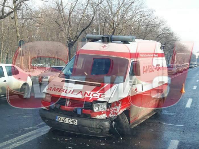 VIDEO / Ambulanţă implicată într-un accident grav, la Arcul de Triumf!