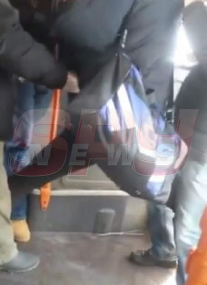VIDEO / Ţipete şi URLETE într-un autobuz din România! Un tânăr a fost la un pas să-şi rupă piciorul, după ce a fost prins de controlori