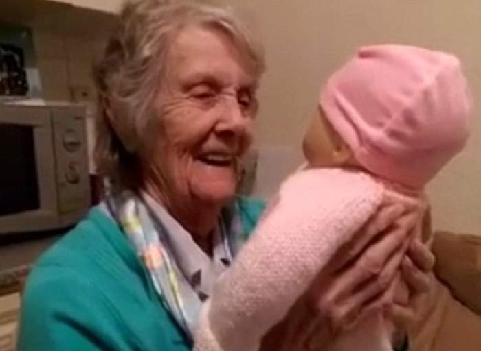 O bunică bolnavă de demență a primit cel mai frumos cadou de Crăciun. Viața a mii de persoane din întreaga lume s-a schimbat în urma acestui gest