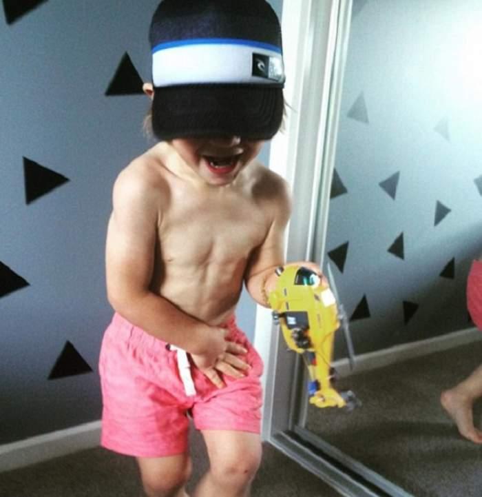 VIDEO / Mai ceva ca micul Hercule. El este micuţul de trei ani care e plin de muşchi şi face ceea ce mulţi bărbaţi nu pot