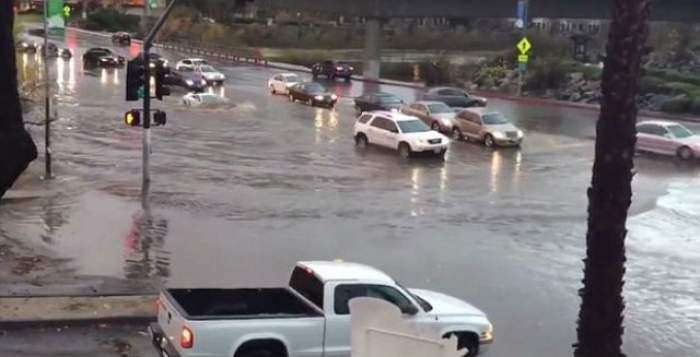 VIDEO / Imagini apocaliptice. Lamborghini, înghiţit de apele de pe străzi. Ce crezi, iese?