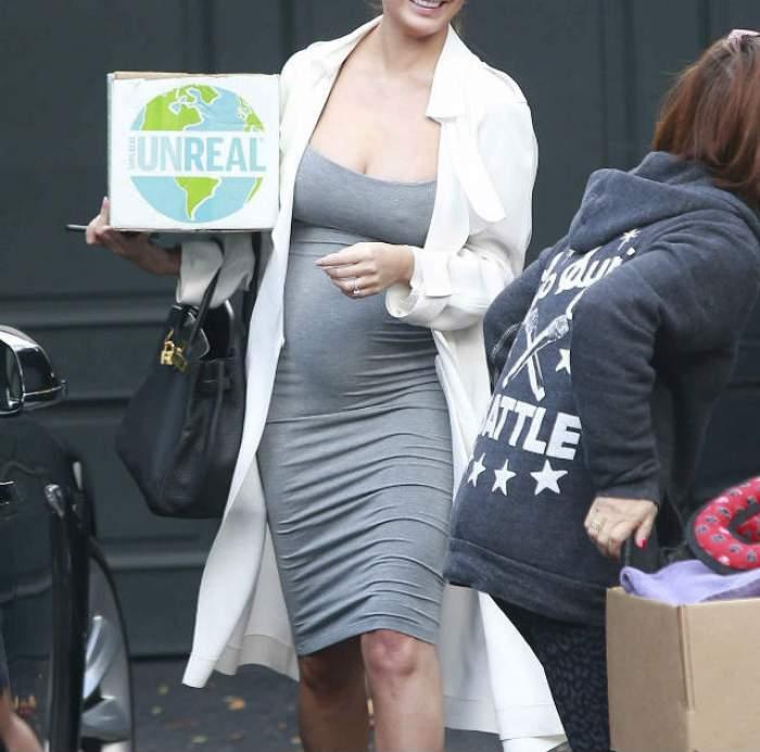 FOTO / Apariţie de senzaţie a soţiei unui cântăreţ celebru! A ieşit pe stradă cu burtica de gravidă şi sânii la vedere