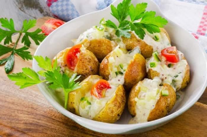 REŢETA ZILEI - JOI:  Cartofi copţi cu bacon şi caşcaval, cum numai la restaurant mănânci