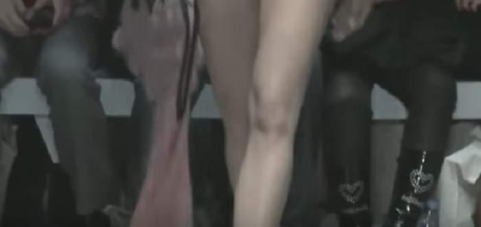 VIDEO / A defilat NUD cu un DISC în cap! Un show bizar de fashion a luat o întorsătură complet neașteptată