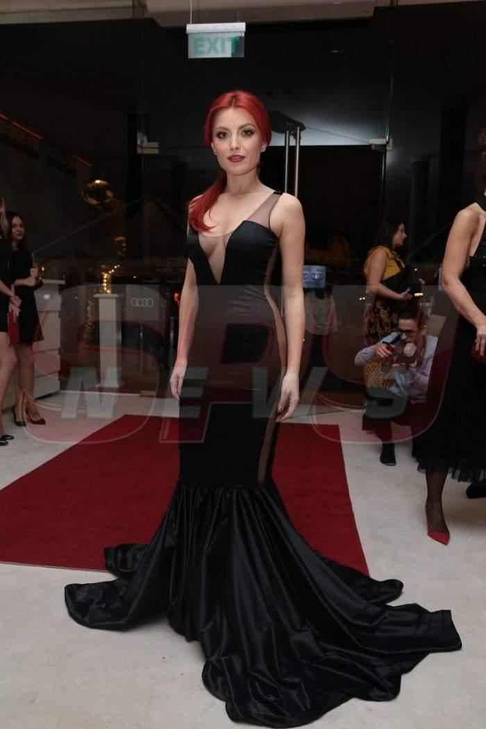 FOTO / Elena Gheorghe, apariţie sexy la un eveniment. A renunţat la ţinutele de prinţesă şi a venit fără chiloţi