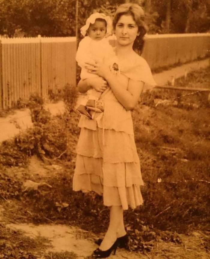 Fotografie de album cu o vedetă, ţinută în braţe de mama ei! Pun pariu că nu o recunoşti! Mesajul emoţionant pe care i l-a transmis