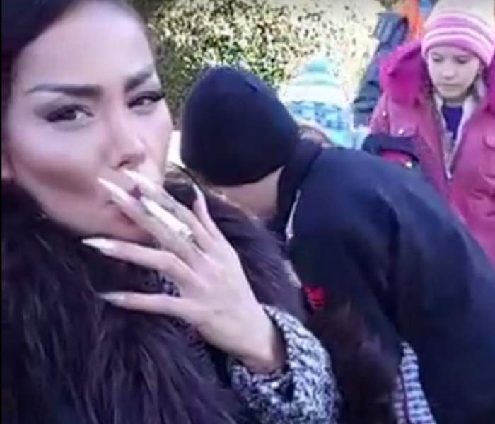 VIDEO / Cu fiul alături şi muzică bisericească, o vedetă de la noi fumează cu poftă. Asta se întâmplă în faţa mânăstirii, fără vreo reţinere