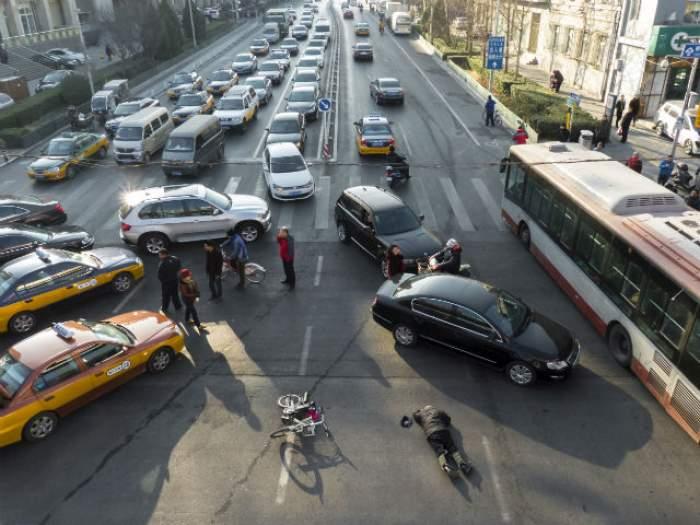 VIDEO / A fost la un pas de a provoca o mare tragedie! Ce a făcut un şofer grăbit în trafic