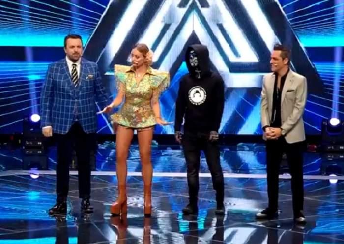 """FOTO / La soare te poţi uita, dar la Delia ba! Jurata sclipeşte în gala de la """"X-Factor"""""""