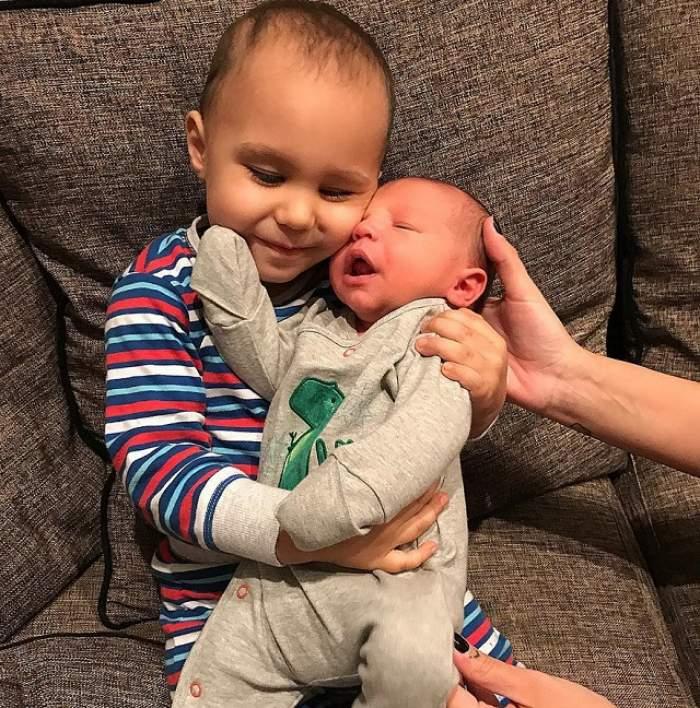 Prima poză cu al doilea fiu al Antoniei şi al lui Alex Velea! Clar va sta în albumul de familie