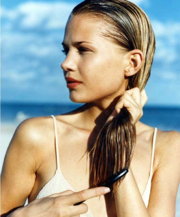 Îți cade părul? Îți spunem cel mai eficient tratament, simplu de realizat și foarte ieftin