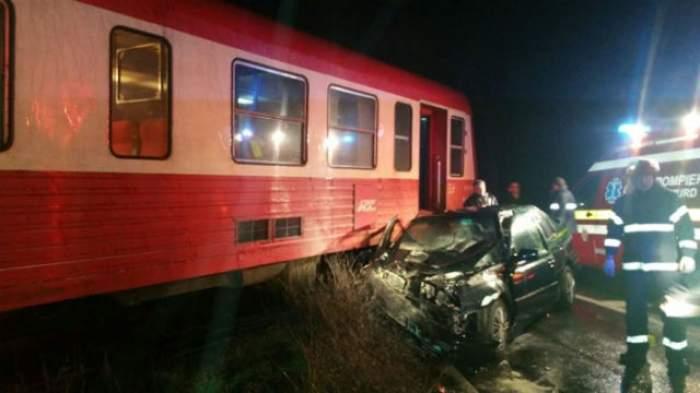 FOTO / Accident CUMPLIT în Timiş! Un automobil a fost SPULBERAT de TREN